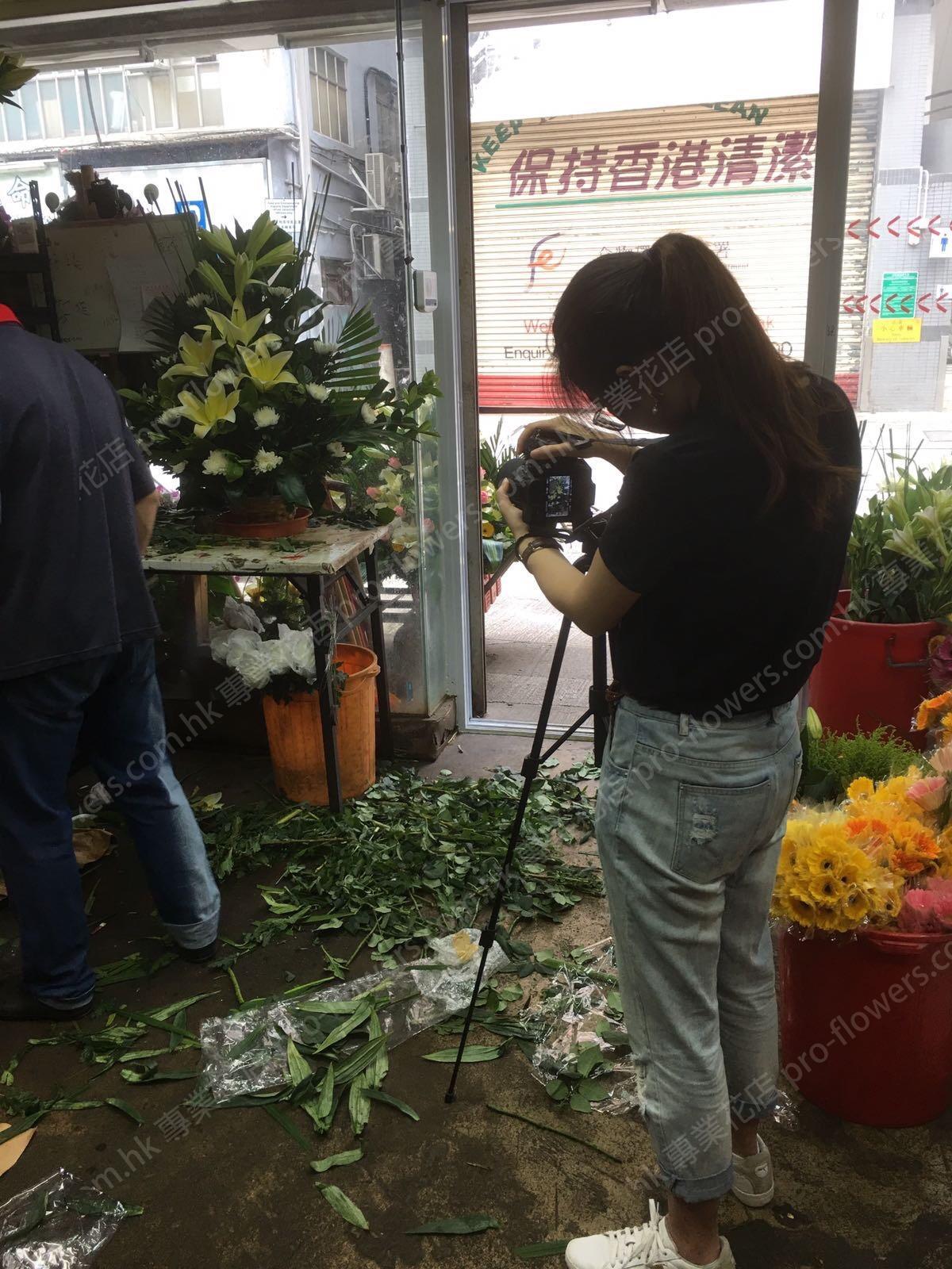 大學學生拍攝我們花店的製作花牌過程
